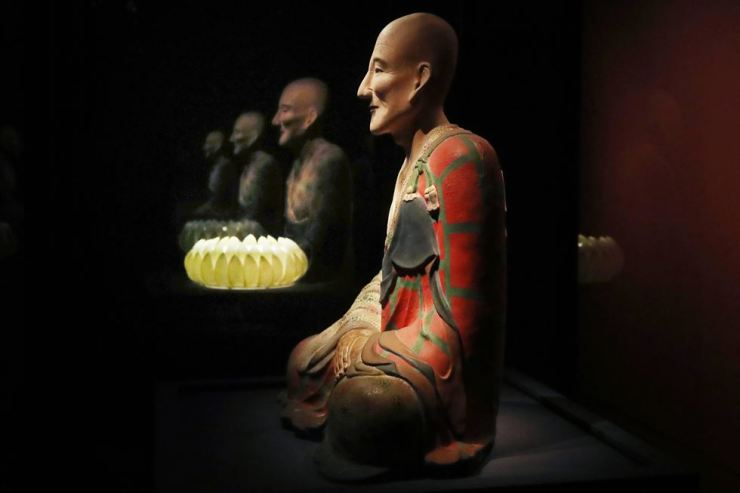 'Lacquered Statue of Buddhist Monk Huirang,' who was teacher of Goryeo founder Wang Geon, is on display at the 'Goryeo: The Glory of Korea' exhibition at the National Museum of Korea in Yongsan, Seoul. The national museum placed an empty lotus-shaped pedestal next to Master Huirang's statue for the Wang Geon statue in the Korean Central History Museum in Pyongyang. Yonhap