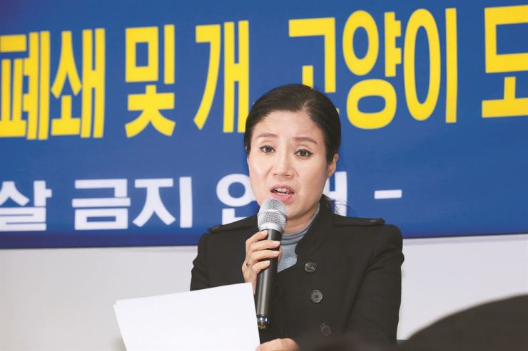 Park So-youn, head of animal activist group Coexistence of Animal Rights on Earth (CARE), gives her account of the alleged euthanasia of rescued animals without CARE staff's knowledge, at a press conference in southern Seoul, Saturday. / Yonhap