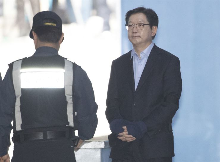 South Gyeongsang Province Governor Kim Kyoung-soo is taken into custody at Seoul Central District Court, southern Seoul, Wednesday, after receiving a two-year jail term for conspiring with a blogger to manipulate online public opinion ahead of the 2017 snap presidential election. Yonhap