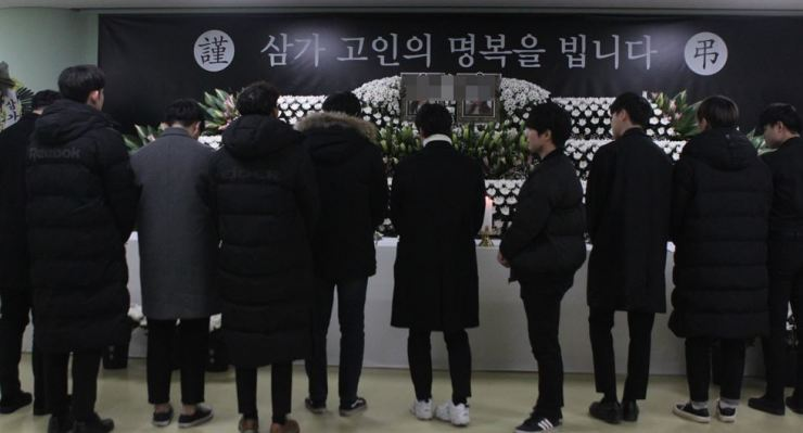 People pay their respects at a memorial altar for the two Konyang University students at the campus in Daejeon, Saturday. Yonhap
