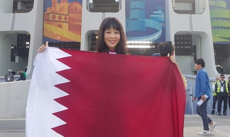 Korean actress Lee Mary holds the national flag of Qatar. Korea Times file