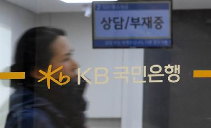 A customer visits a Kookmin Bank branch in Seoul, Jan. 8, when the lender's union workers staged a general strike. Korea Times photo by Seo Jae-hoon