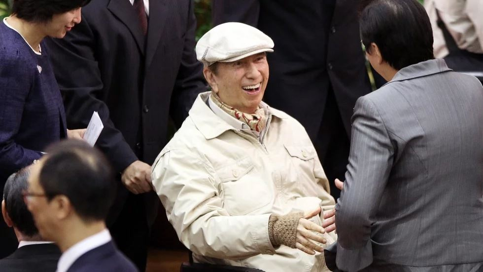 Macau tycoon Stanley Ho smiles during a party to celebrate his 85th birthday in Hong Kong, Nov. 20, 2006. Yonhap