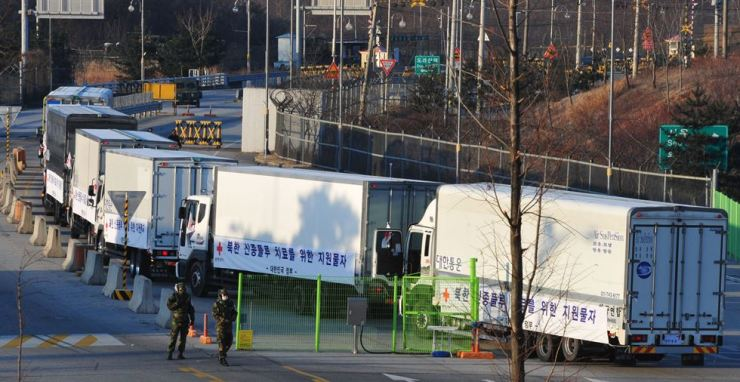 South Korean cars transport 400,000 doses of Tamiflu and Relenza Rotadisk for about 100,000 people to North Korea near Dorasan Inter-Korea Transit Office in Paju, Gyeonggi Province in this Dec. 18, 2009. / Korea Times file