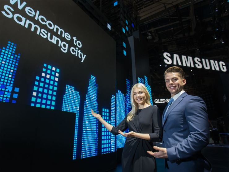 Models pose at the entrance of Samsung Electronics' Consumer Electronics Show booth in Las Vegas, Monday. / Courtesy of Samsung Electronics