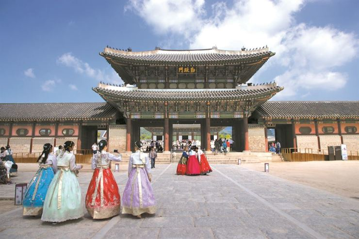 Foreign visitors wearing Hanbok visit Gyeongbok Palace last Sept. 17, ahead of the Chuseok long weekend. / Korea Times file by Choi Won-suk