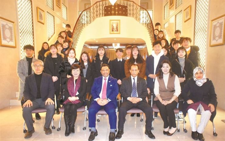 Omani Ambassador to Korea Mohamed Alharthy, third from left in the first row, poses with Korean university students and educators after giving a lecture at his embassy in Seoul, Jan 4. Twenty-eight students are joining a visiting program at Sultan Qaboos College in Omani capital of Muscat from Jan. 13 to Feb. 28. / Embassy of Oman