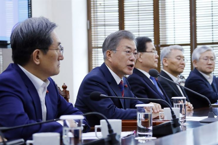 President Moon Jae-in speaks during a meeting with senior presidential secretaries at Cheong Wa Dae, Monday. Moon ordered a thorough investigation into rape allegations raised by female athletes, including Olympic short track gold medalist Shim Suk-hee, against their male coaches and called for stern punishment. Yonhap