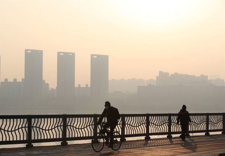 The sky in Seoul is filled with fine and ultrafine dust, Jan. 23, when the level of fine dust was 'bad.' / Yonhap