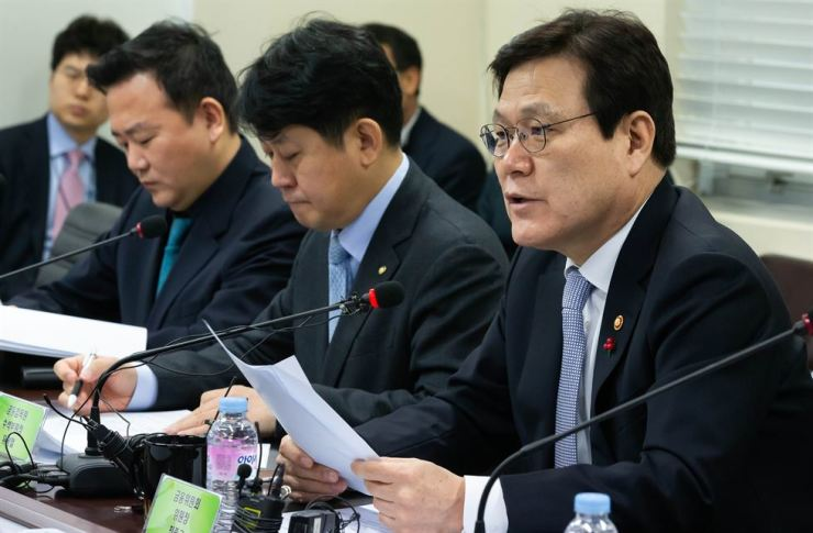 Financial Services Commission Chairman Choi Jong-ku, right, unveils plans to ease rules for investment companies for startups at a meeting in Gimpo, Gyeonggi Province, Monday. Yonhap