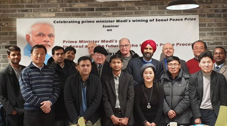 Participants in the seminar to explore ways of increasing India-Korea cooperation pose. The Feb. 11 seminar organized by the Asia Institute marked the occasion of Indian Prime Minister Modi winning the Seoul Peace Prize. Courtesy of Lakhvinder Singh