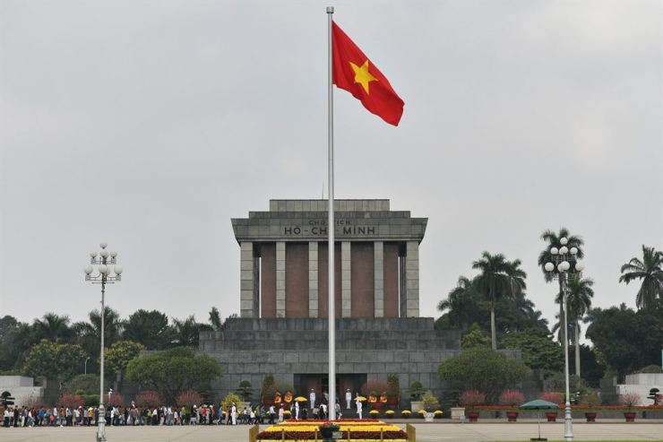 The Vietnamese national flag flutters in the wind at the Ho Chih Minh mausoleum in Hanoi, Feb. 9. US President Donald Trump announced Feb. 8 that his upcoming summit with North Korean leader Kim Jong-un will take place in the Vietnamese capital on Feb. 27 and 28. AFP-Yonhap