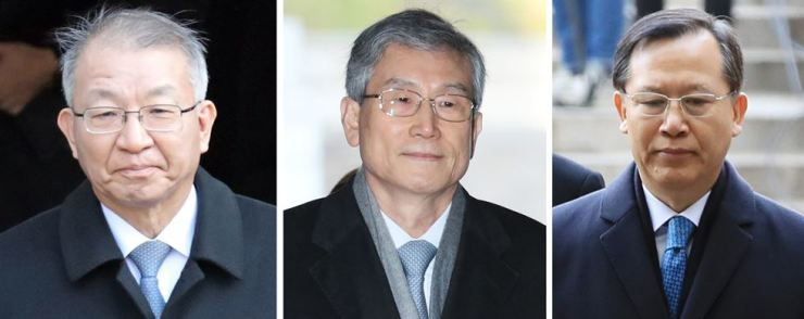 From left are former Supreme Court Chief Justice Yang Sung-tae, Ko Young-han and Park Byong-dae, who were former justices. / Yonhap