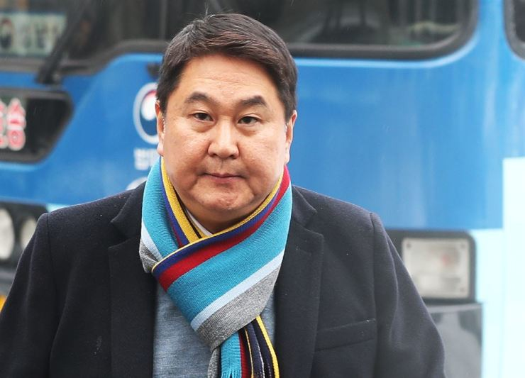 Lee Sir-goo, former co-CEO of Kakao, enters the Seongnam branch of the Suwon District Court in Gyeonggi Province to appear before his final trial, Tuesday. / Yonhap