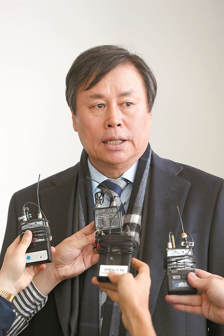 Sports Minister Do Jong-hwan answers questions from reporters at Incheon International Airport, Wednesday, before heading to Switzerland. Yonhap