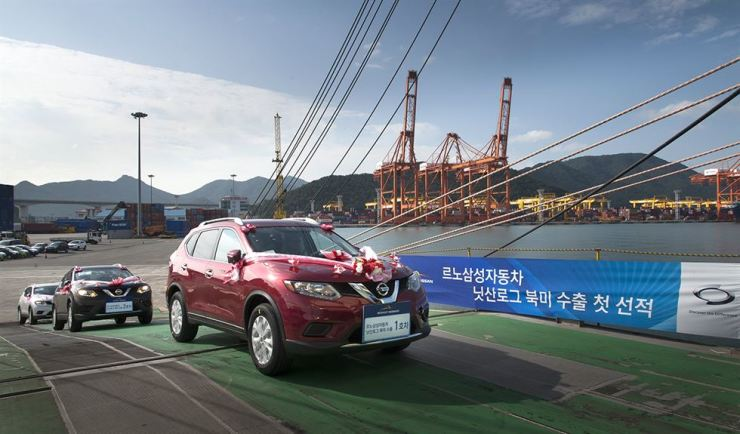 In this September 2014 photo, Renault Samsung employees ship the first batch of the Nissan Rogue, which was assigned to a Renault Samsung plant in Busan. The Rogue's manufacturing contract will end in September and Renault Samsung is suffering difficulties in seeking new models to keep the plant fully operational amid a conflict with its union. Courtesy of Renault Samsung Motors