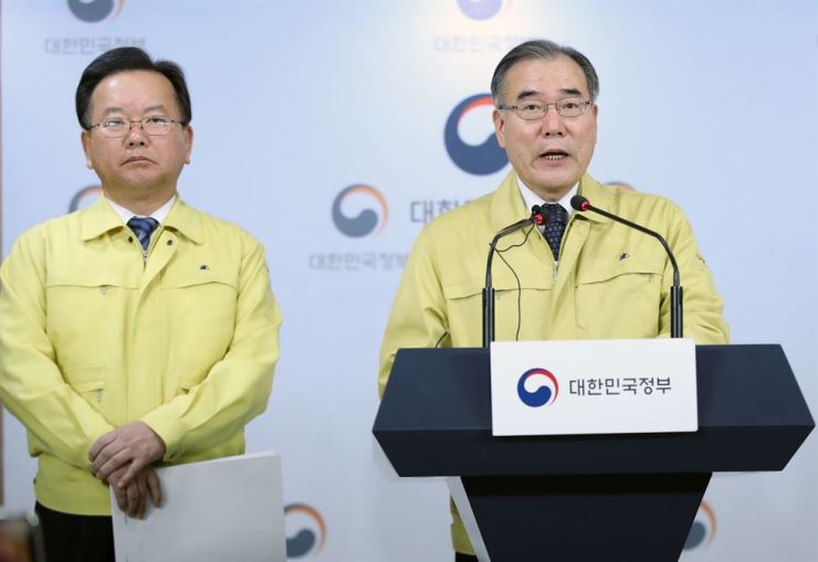 Agriculture, Food and Rural Affairs Minister Lee Gae-ho, right, announces the government's measures against the foot-and-mouth disease outbreak, Friday. Left is Interior Minister Kim Boo-kyum. / Yonhap
