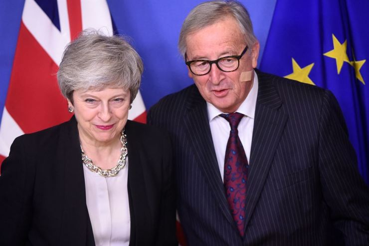 European Commission President Jean-Claude Juncker, right, meets with British Prime Minister Theresa May in Brussels, Belgium, on Wednesday (local time). Juncker and May made fresh efforts to unlock the Brexit stalemate but without a breakthrough, as expected, they pledged to talk again before the end of the month. Xinhua-Yonhap