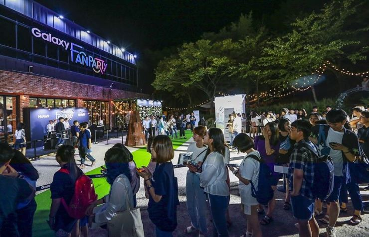 Participants of Samsung Electronics' Galaxy Fan Party line up in Busan, Aug. 14, 2018. Celebrating the launch of the Galaxy S10, the firm will hold the Galaxy Fan Party in major cities from Feb. 28 to March 16. / Courtesy of Samsung Electronics