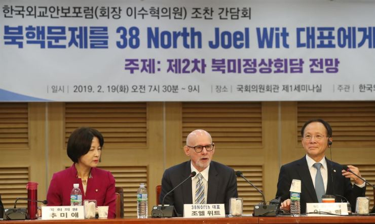Joel Wit, center, founder of the U.S. website 38 North, speaks during a morning meeting on the prospects of the upcoming second North Korean-U.S. summit with ruling Democratic Party of Korea lawmakers at the National Assembly, Tuesday. Yonhap