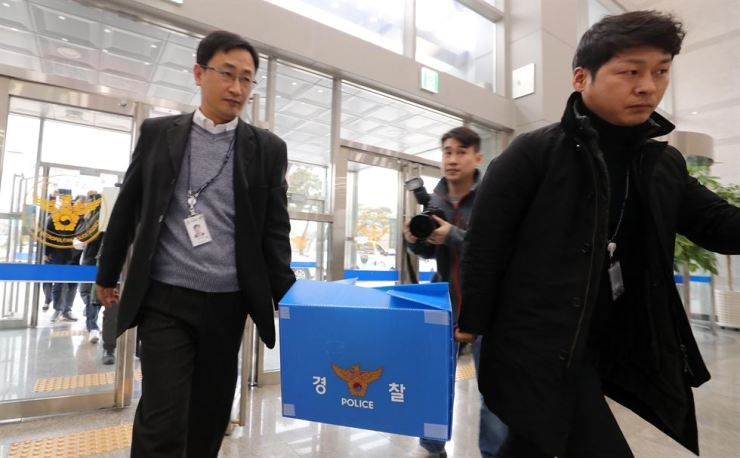 Investigators from the Daejeon Metropolitan Police Agency enter the agency building, carrying seized articles from a Hanwha factory in Daejeon, Friday, a day after an explosion killed three workers at the factory./ Yonhap