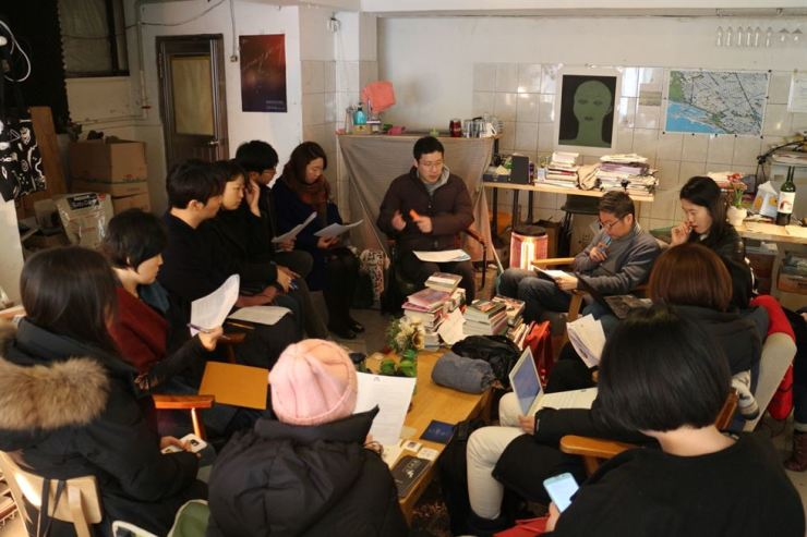 Lee Hyun-seung, center, the CEO of Policy Bridge, talks with a group of people in their 20s and 30s willing to run for district representative elections. / Courtesy of Lee Hyun-seung