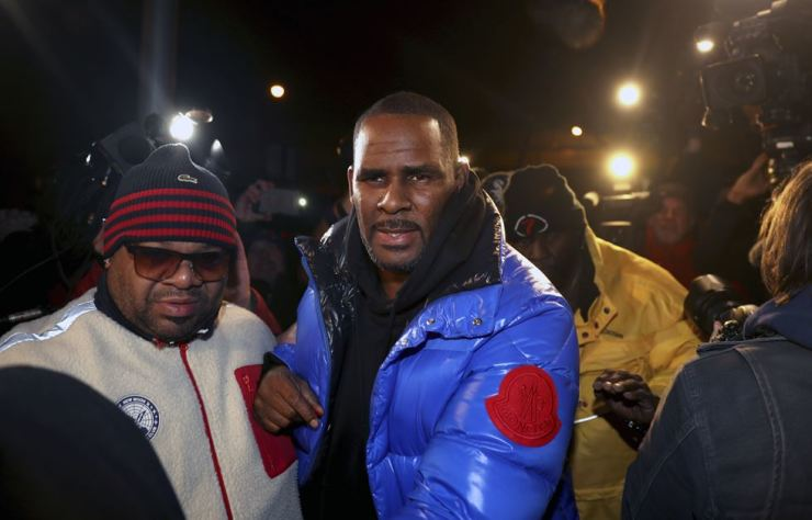 R. Kelly turns himself in at 1st District police headquarters in Chicago on Friday night (local time). The R&B star arrived at a Chicago police precinct Friday, hours after authorities announced multiple charges of aggravated sexual abuse involving four victims, including at least three between the ages of 13 and 17. Chicago Tribun-AP-Yonhap