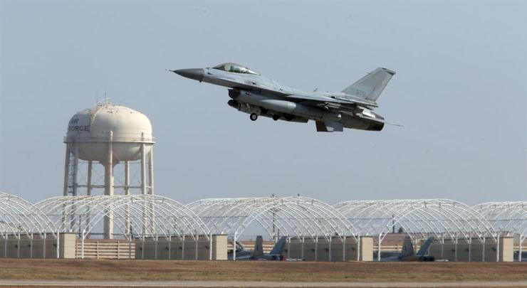 A South Korean KF-16 fighter jet takes off from an air base in Gunsan, North Jeolla Province. Yonhap