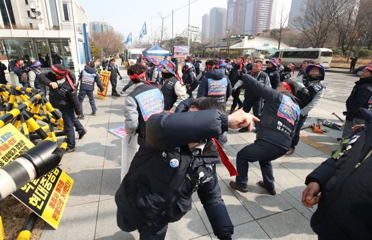 Daewoo Shipbuilding & Marine Engineering (DSME) union members throw eggs at the headquarters of the Korea Development Bank, the shipbuilder's largest stakeholder and creditor, which agreed to Hyundai Heavy Industries' acquisition of the company, at a protest in Yeouido, Seoul, Thursday. Yonhap