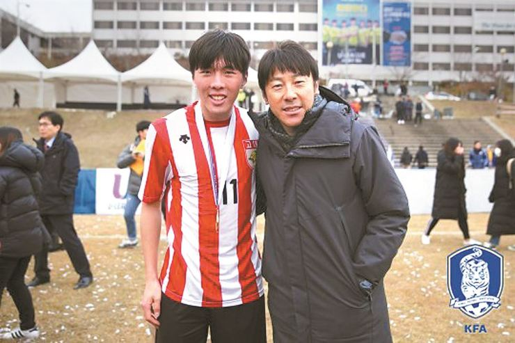 A 20-year-old rookie football player for FC Seoul Shin Jae-won, left, and his famous father, Shin Tae-yong Yonhap