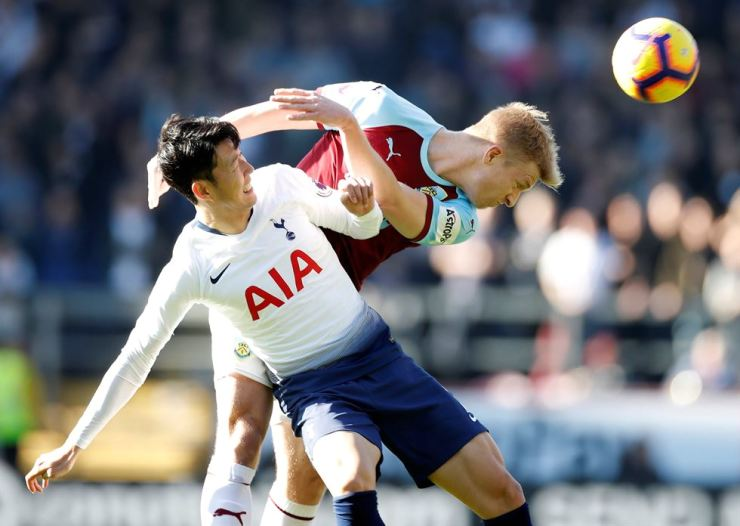 Tottenham Hotspur's Korean striker Son Heung-min, left, vies with Burnley's English defender Ben Mee During the English Premier League football match at Turf Moor in Burnley, north west England, Saturday. Reuters-Yonhap