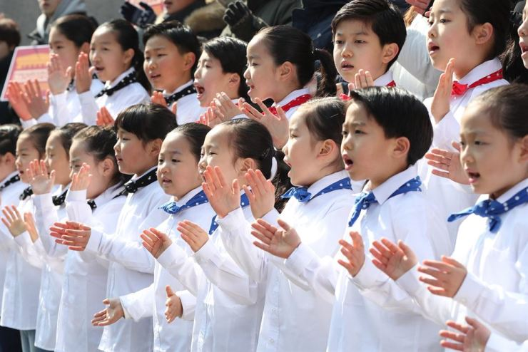 This file photo shows South Korean people singing in a chorus at a celebratory event held in front of Sejong Center for the Performing Arts in Jongno-gu, Seoul. Korea Times file