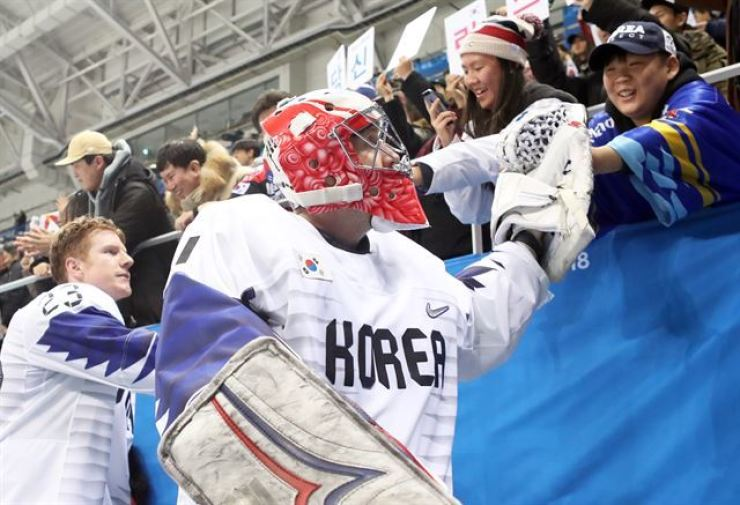 National ice hockey team players react to cheering fans after a game against Finland on Feb. 20, 2018, at Gangneung Hockey Center in the namesake eastern city during the PyeongChang Winter Olympics. Yonhap