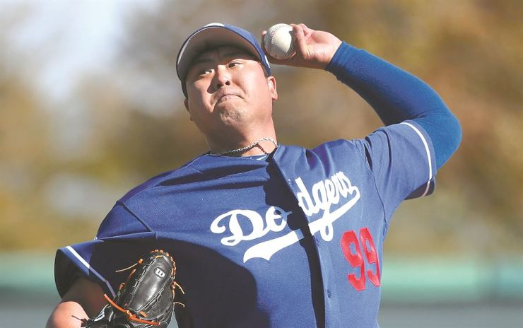 Ryu Hyun-jin of the Los Angeles Dodgers throws his first live batting practice of spring training at Camelback Ranch in Glendale, Arizona, on Tuesday. Yonhap