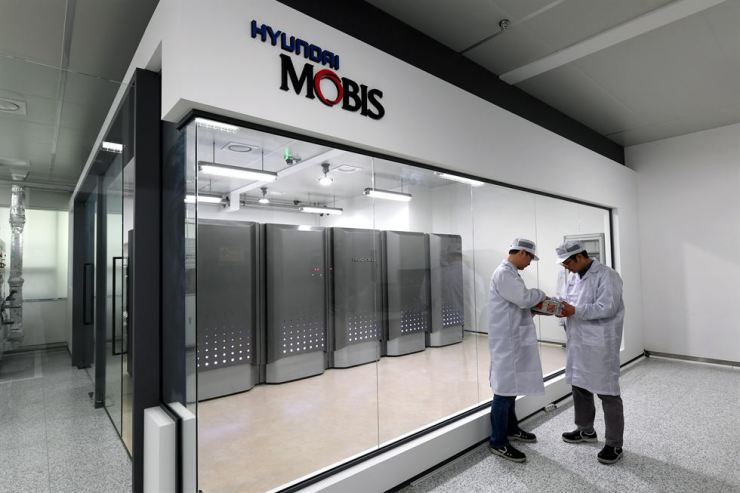 Seen above is hydrogen fuel cell power generator established in a Hyundai Mobis plant in Chungju, North Chungcheong Province. The company said Wednesday the generator is comprised of five fuel cells from the Nexo hydrogen car and started operation as a backup generator for the plant. Courtesy of Hyundai Mobis