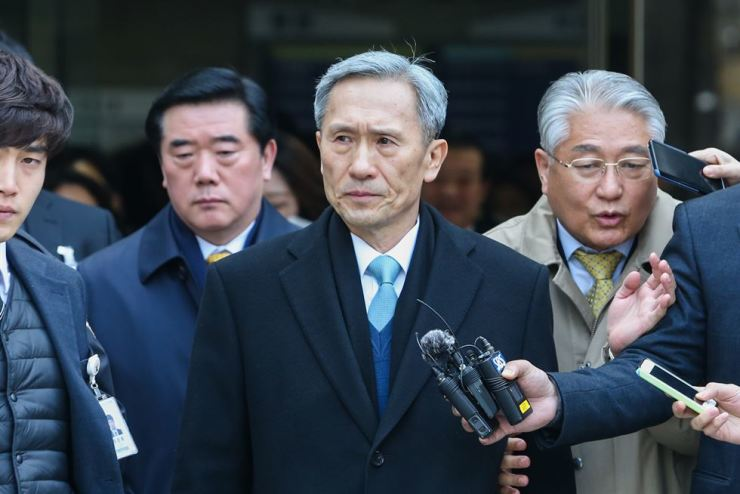 Former Defense Minister Kim Kwan-jin walks out of the Seoul Central District Court after being sentenced to 2 1/2 years in prison, Thursday. Yonhap