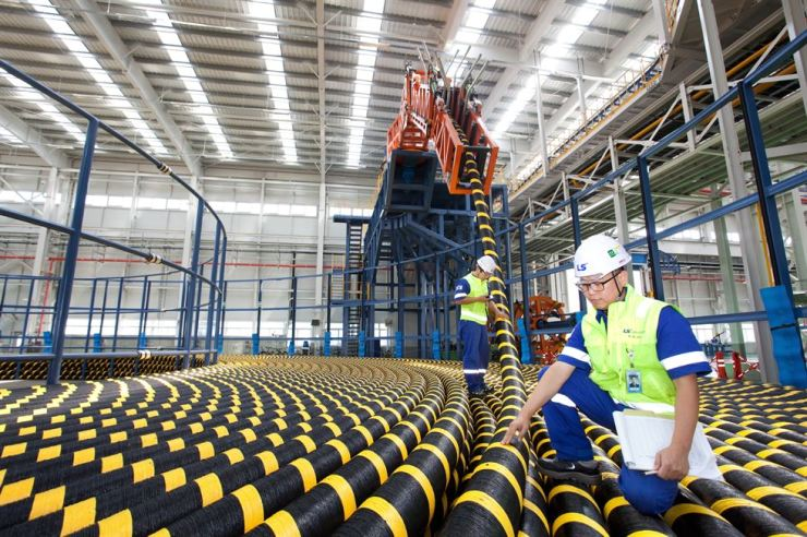 Employees of LS Cable & System inspect submarine cables produced at its plant in Donghae, Gangwon Province, in this photo provided by the company, Monday. The cable maker said it will supply extra-high-voltage submarine and underground cables to Brazil. / Courtesy of LS Cable & System