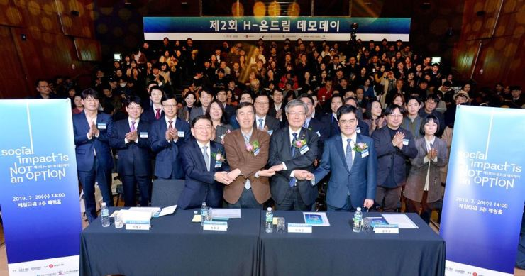 Chung Mong-koo Foundation Chief Director Kwon O-kyu, front row second from left, and Minister of Employment and Labor Lee Jae-kap, third from left, pose with participants of Hyundai Motor Group's H-ondream demo day event in Jung-gu, Seoul, Wednesday. The event is aimed at matching investors and nine promising startups and it has been providing 14 billion won for 208 teams since 2012. From left are Chung Mong-koo Foundation Director Lee Hyoung-keun, Kwon, Lee and Hyundai Motor President Kong Young-woon. Courtesy of Hyundai Motor Group