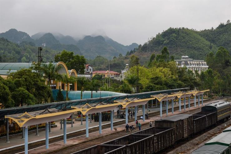 Workers inspect the Dong Dang railway station in Lang Son Province, Monday, which North Korean leader Kim Jong-un is expected to arrive at before proceeding to Hanoi for a second U.S.-North Korea summit. / AFP-Yonhap
