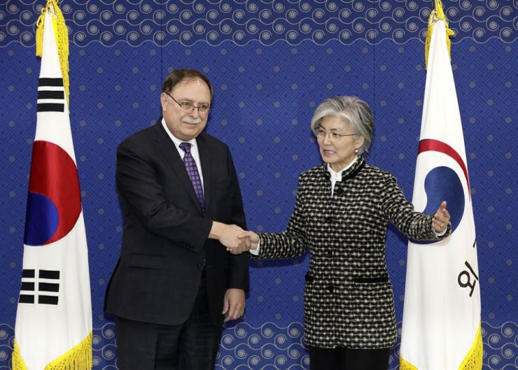 Foreign Minister Kang Kyung-wha shakes hands with Tim Betts, the leader of the U.S. team negotiating ROK-U.S. cost-sharing for U.S. Forces Korea (USFK), at the ministry, Sunday. Betts is acting deputy assistant secretary of state. Korea Times
