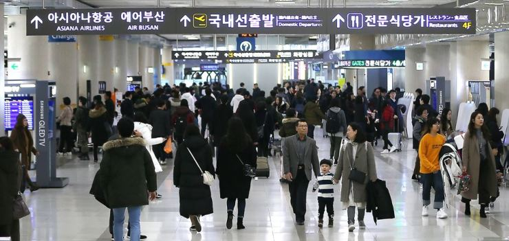Hundreds of travelers pass through Jeju International Airport on their way home, Feb. 6, the last day of the Lunar New Year holiday. / Yonhap