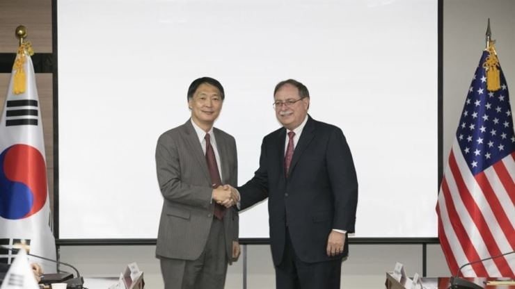 Chang Won-sam, the top negotiator in defense cost sharing negotiations shakes hands with Timothy Betts, a deputy assistant secretary at the U.S. Department State, after holding their fourth round of talks on the renewal of a defense cost sharing contract, at the Korea National Diplomatic Academy in southern Seoul, June 26. / Yonhap