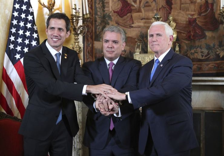 Venezuela's self-proclaimed interim president Juan Guaido, Colombia's President Ivan Duque and U.S. Vice President Mike Pence pose for a photo after a meeting of the Lima Group concerning Venezuela, at the Foreign Ministry in Bogota, Colombia, Monday (local time). Pence's appearance before the Lima Group comes two days after a U.S.-backed effort to deliver humanitarian aid across the border from Colombia ended in violence. AP-Yonhap
