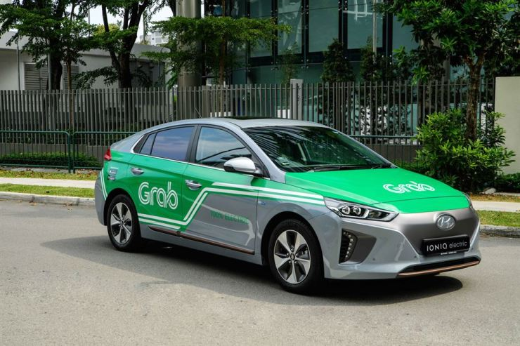 Seen above is Hyundai Motor's Ioniq electric vehicle used by Singapore's ride-hailing firm Grab. Hyundai Motor Group has been making vast investments in the cride-sharing industry across the world, but is hesitating to do so in Korea because of regulations and taxi drivers' strong opposition. Courtesy of Hyundai Motor