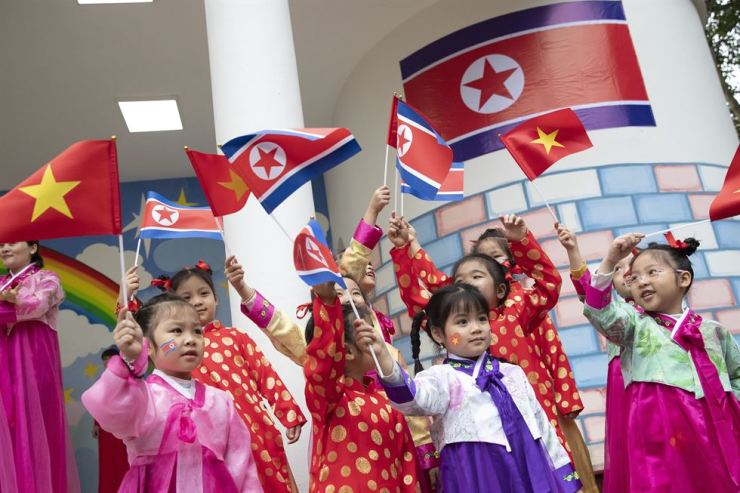 Children raise national flags of North Korea and Vietnam at the Vietnam-Korea Friendship Kindergarten in Hanoi, Vietnam, Feb. 26. They hope to show off their singing and dancing to North Korean leader Kim Jong-un during the North Korean leader's stay in the Southeast Asian country. The kindergarten was founded in 1978 with financial assistance from North Korea. Korea Times photo by Choi Won-suk
