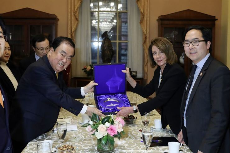 South Korea's National Assembly Speaker Moon Hee-sang, center left, smiles with U.S. House Speaker Nancy Pelosi, center right, at the end of their meeting in Washington, D.C., on Feb. 13 (KST). Yonhap