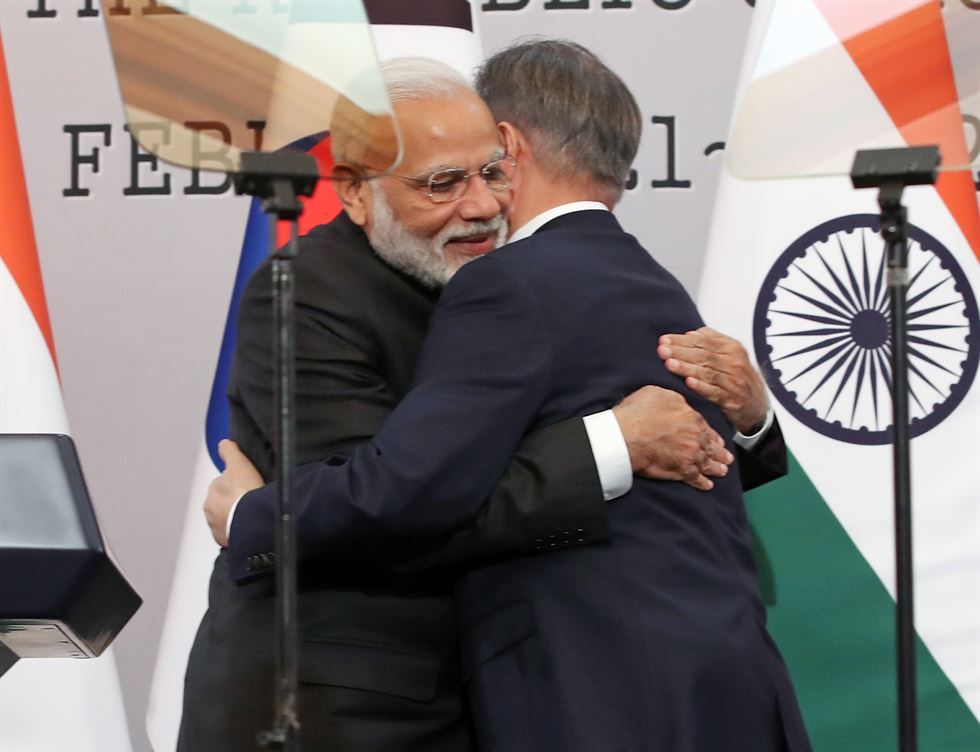 President Moon Jae-in, right, shakes hands with Indian Prime Minister Narendra Modi after their joint press conference at Cheong Wa Dae in Seoul, Friday. Yonhap
