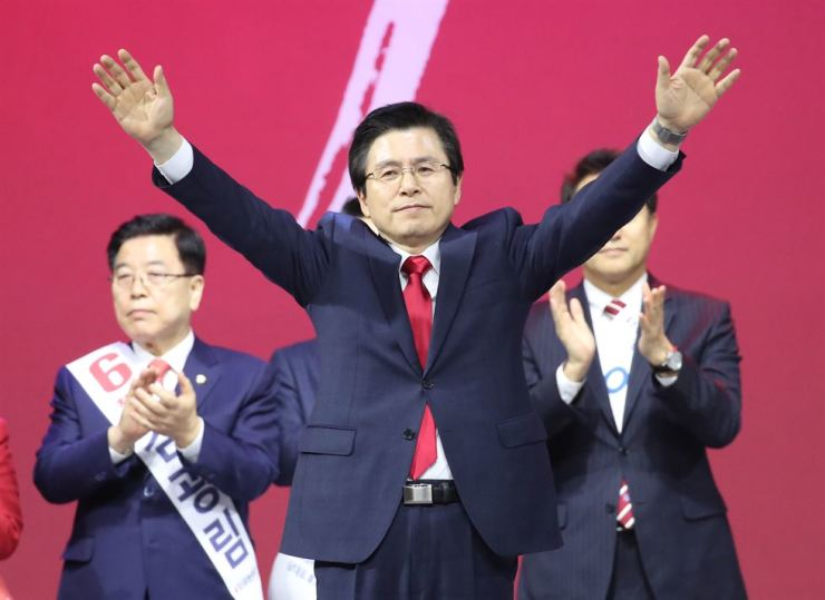 Former Prime Minister Hwang Kyo-ahn celebrates after being announced the winner of the main opposition Liberty Korea Party's leadership election at the KINTEX in Goyang, Gyeonggi Province, Wednesday.  Yonhap