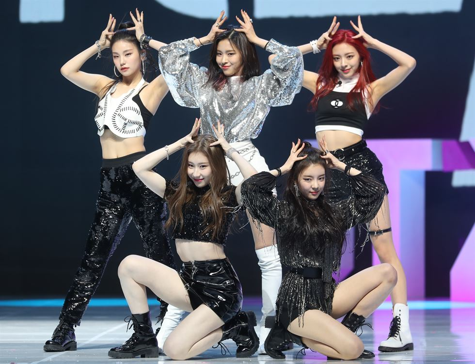 ITZY members perform 'Dalla Dalla' at a press showcase for unveiling their debut single 'IT'z Different' in Seoul, Tuesday. Yonhap