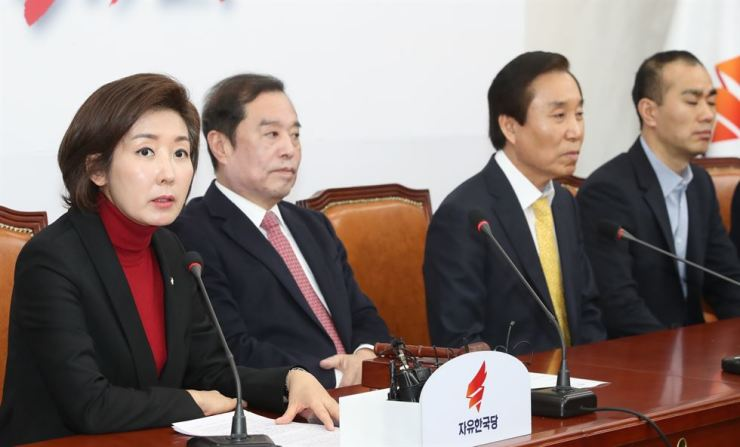 Rep. Na Kyung-won, left, floor leader of the main opposition Liberty Korea Party (LKP), speaks during a party meeting at the National Assembly, Monday. The LKP's approval rating dropped to 25.2 percent, down 3.7 percentage points from a week earlier due to a controversy caused by three LKP lawmakers' defamatory remarks against citizens participating in the May 18 Gwangju Uprising in 1980. / Yonhap